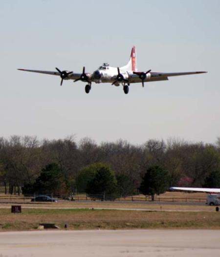 B17G laskeutumassa Tulsaan