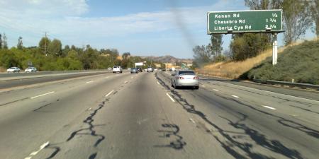 101 Freeway illalla, ja asfaltti ei ole kunnossa sekään